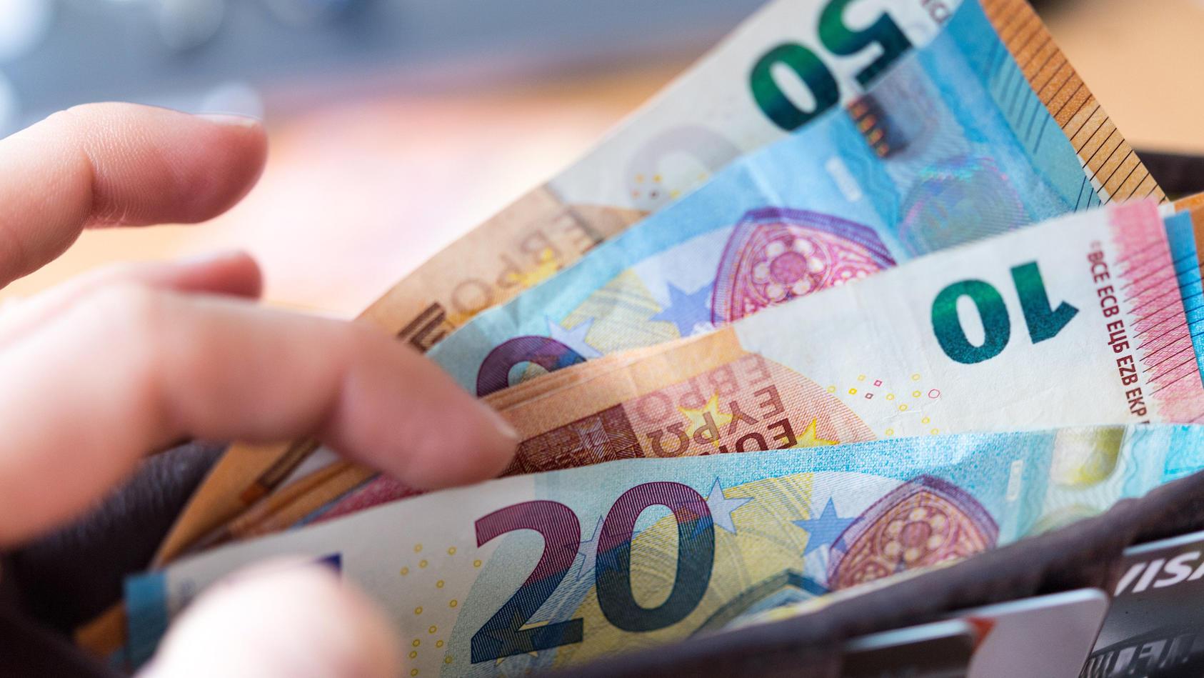 Immer weniger Verbracher bezahlen bevorzugt mit Geldscheinen.