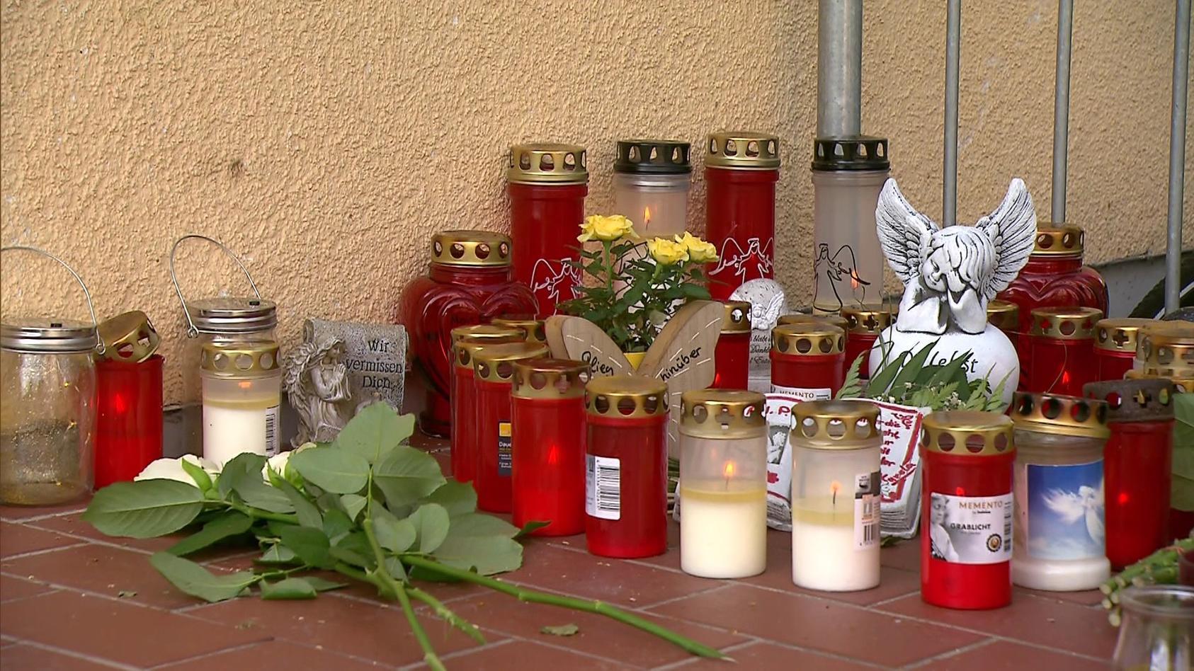 Blumen und Kerzen vor dem Haus der getöteten 27-Jährigen.