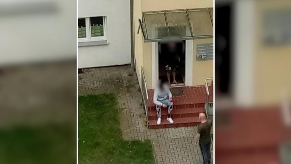 Der mutmaßliche Täter sitzt mit blutiger Hose unmittelbar nach der Tat vor dem Haus.