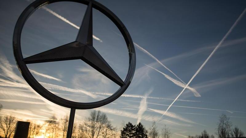 Die Sonne geht hinter einem Mercedes-Stern auf dem Mercedes-Benz-Werk auf. Foto: Sebastian Gollnow/dpa/Archivbild