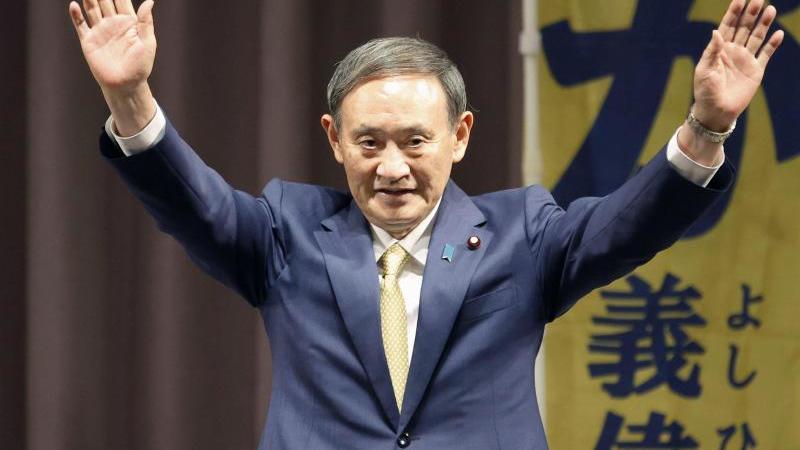 Die Wahl von Suga, der fast acht Jahre lang als Kabinettssekretär Abes rechte Hand war, galt nur als eine Formsache. Foto: -/kyodo/dpa