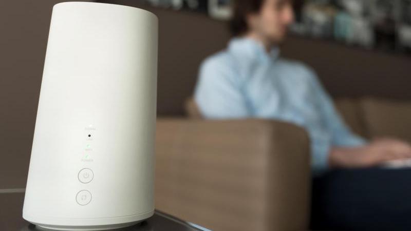 Keine Vase, sondern ein LTE-Zuhause-Router: der Gigacube von Vodafone. Foto: Alexander Heinl/dpa-tmn