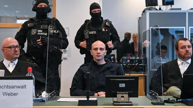 Der angeklagte Stephan Balliet sitzt neben seinen Verteidigern Hans-Dieter Weber (l) und Thomas Rutkowski im Landgericht. Foto: Hendrik Schmidt/dpa-Zentralbild/dpa/Archiv