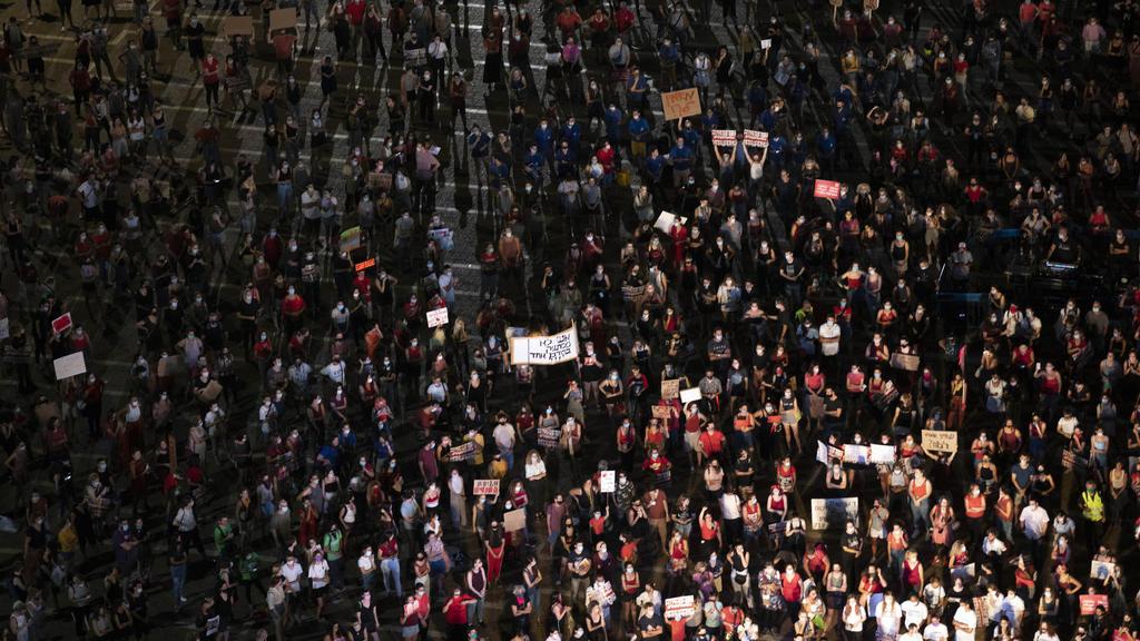 23.08.2020, Israel, Tel Aviv: Hunderte Demonstranten versammeln sich als Zeichen ihrer Unterstützung eines Mädchens nach einer mutmaßlichen Vergewaltigung der 16-Jährigen durch rund 30 Männer. Foto: Oded Balilty/AP/dpa +++ dpa-Bildfunk +++