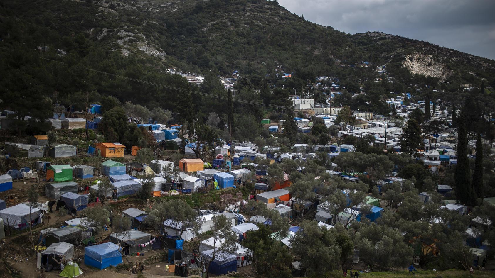 Ein Blick auf ein provisorisches Lager neben dem Flüchtlingslager auf der Insel Samos. (Archivbild)
