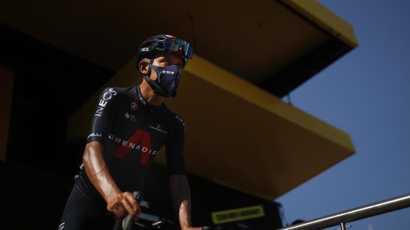 Ist vor der 17. Etappe aus der Tour de France ausgestiegen: Egan Bernal aus Kolumbien vom Team Ineos kommt zur Startlinie. Foto: Stephane Mahe/Reuters/AP/dpa
