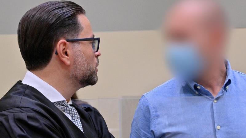 Der Angeklagte (r) steht beimBeginn des Prozess gegen ihn wegen des Verdachts des Verstoßes gegen das Arzneimittel- und Dopinggesetze mit seinem Anwalt Juri Goldstein zusammen. Foto: Peter Kneffel/dpa/Aktuell