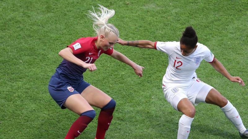 Norwegens Nationalspielerin Karina Saevik (l) in Aktion. Foto: Richard Sellers/PA Wire/dpa/Archivbild