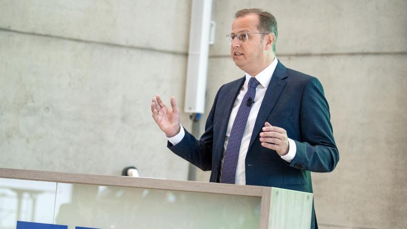 Jörg Stratmann, Geschäftsführer der Mahle GmbH, spricht. Foto: Fabian Sommer/dpa/Archivbild