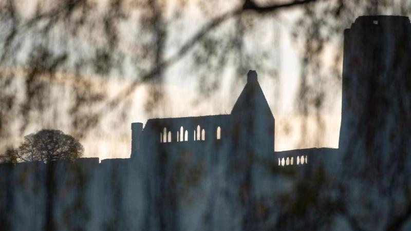 Die weithin sichtbare Ruine der mittelalterlichen Burg Münzenberg. Foto: Frank Rumpenhorst/dpa/Archivbild