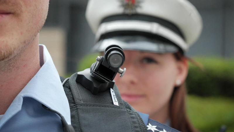 Ein Polizist mit Bodycam. Foto: Fredrik von Erichsen/dpa/Symbolbild