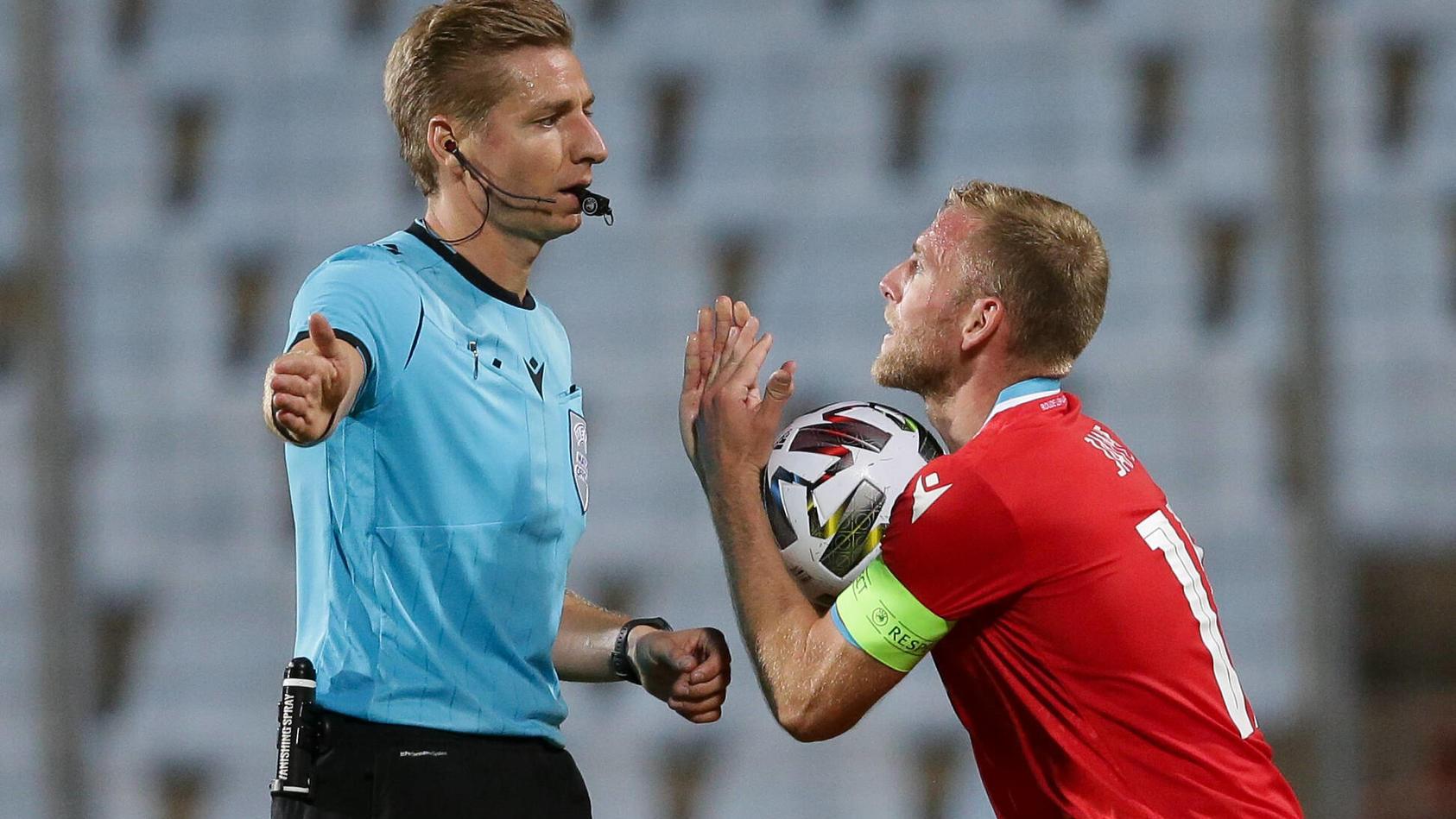 Laurent Jans (Kapitän Luxemburg 18) diskutiert mit Schiedsrichter Lawrence Visser (Belgien) nach Elfmeterpfiff, Emotion