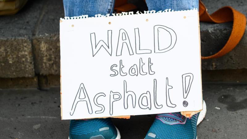 Eine Teilnehmerin einer Protestaktion gegen den Weiterbau der Autobahn 49. Foto: Andreas Arnold/dpa/Archivbild
