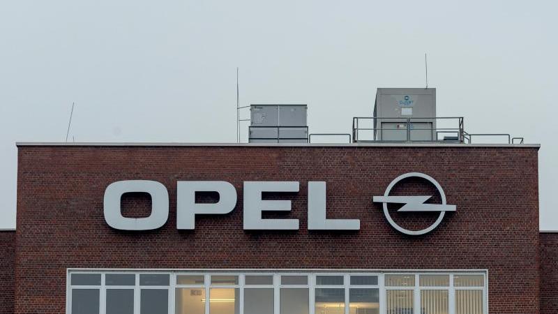 Das Logo des Autobauers Opel am Werk in Rüsselsheim. Foto: Silas Stein/dpa/Archivbild