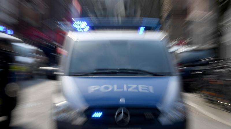 Polizeiwagen mit Blaulicht. (Symbolbild)