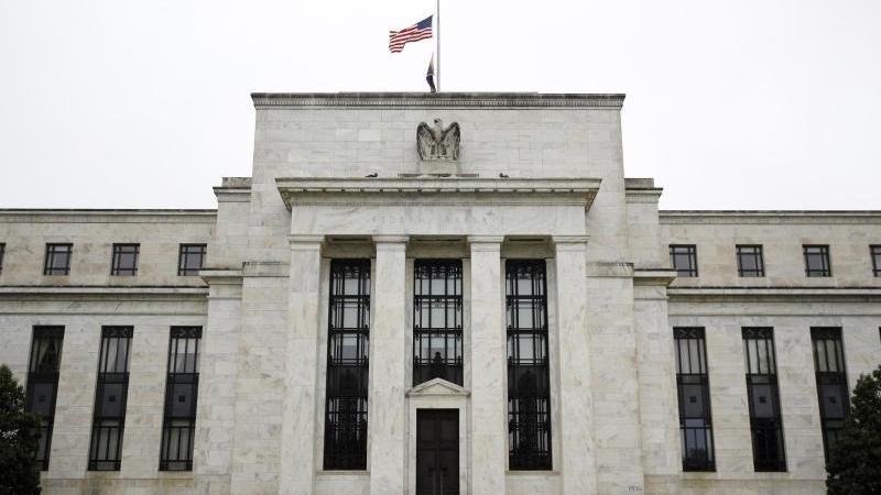 Die US-Notenbank Federal Reserve (Fed) belässt ihren Leitzins erwartungsgemäß unverändert bei nahe Null. Foto: Patrick Semansky/AP/dpa