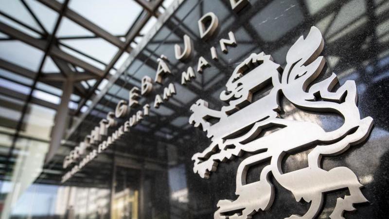 Der Eingang zum Oberlandesgericht in Frankfurt. Foto: Boris Roessler/dpa/Archivbild