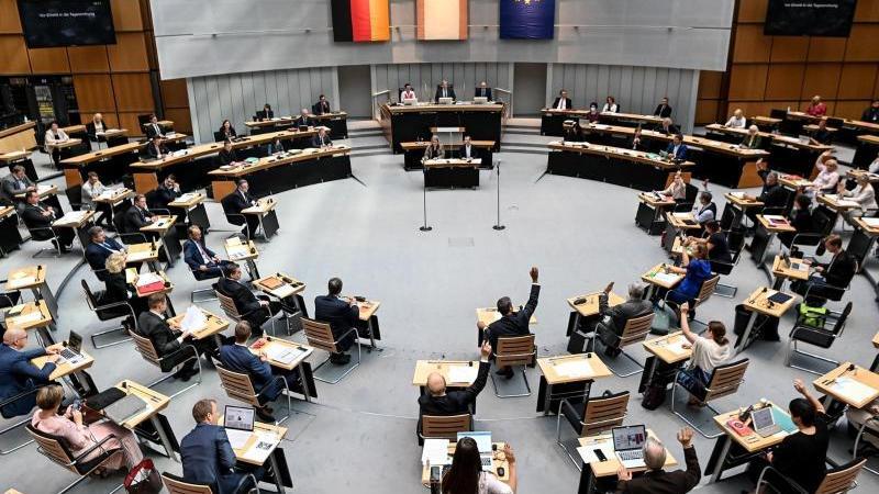 Die Abgeordneten nehmen an der Plenarsitzung des Berliner Abgeordnetenhauses teil. Foto: Britta Pedersen/dpa-Zentralbild/dpa