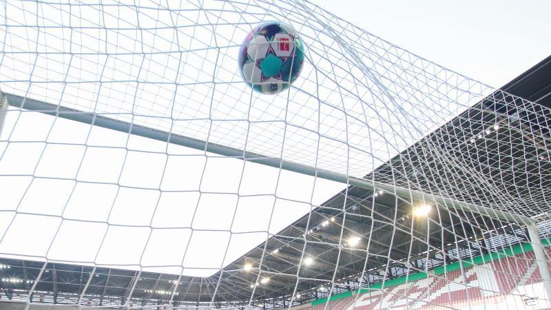Ein Ball zappelt im Tornetz. Foto: Tom Weller/dpa