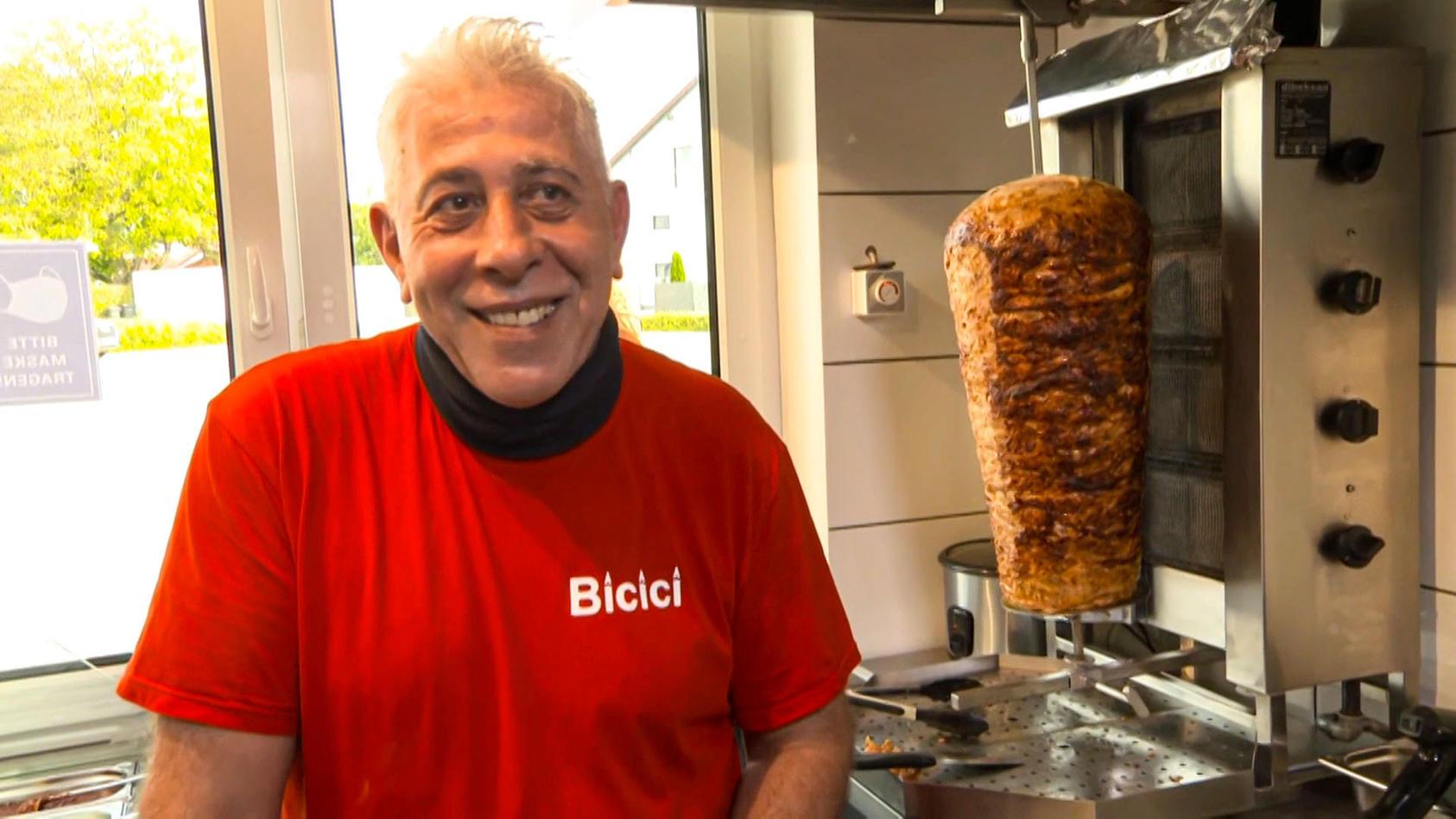 Bei Dönerladen-Besitzer Hüseyin Bicici in Essenbach (Kreis Landshut) gibt`s Döner für lau. Aber nur für Kunden, die mehr als 106 Kilo wiegen.