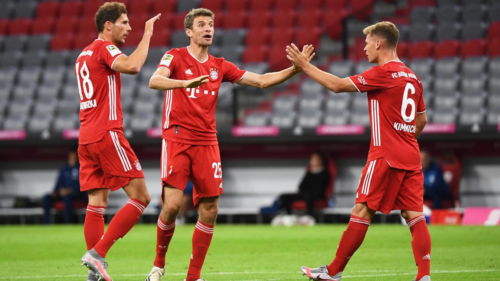 Die Bayern-Stars Leon Goretzka (von links), Thomas Müller und Joshua Kimmich klatschen sich nach dem 2:0 ab.