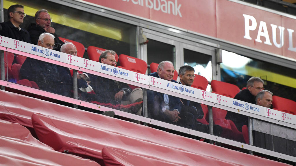 18.09.2020, Bayern, München: Fußball: Bundesliga, Bayern München - FC Schalke 04, 1. Spieltag in der Allianz-Arena. Uli Hoeneß (M), Ehrenpräsident vom FC Bayern, Herbert Hainer (3.vr), Präsident vom FC Bayern, Jochen Schneider (r), Sportvorstand des