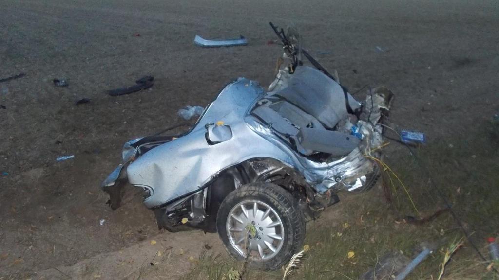 HANDOUT - 19.09.2020, Nordrhein-Westfalen, Hille: Die hintere Hälfte eines durchgebrochenen Autos liegt nach einem schweren Unfall auf einem Feld. Der 21-jährige Fahrer in einer Kurve von der Straße abgekommen und gegen einen Baum geprallt. Er und se