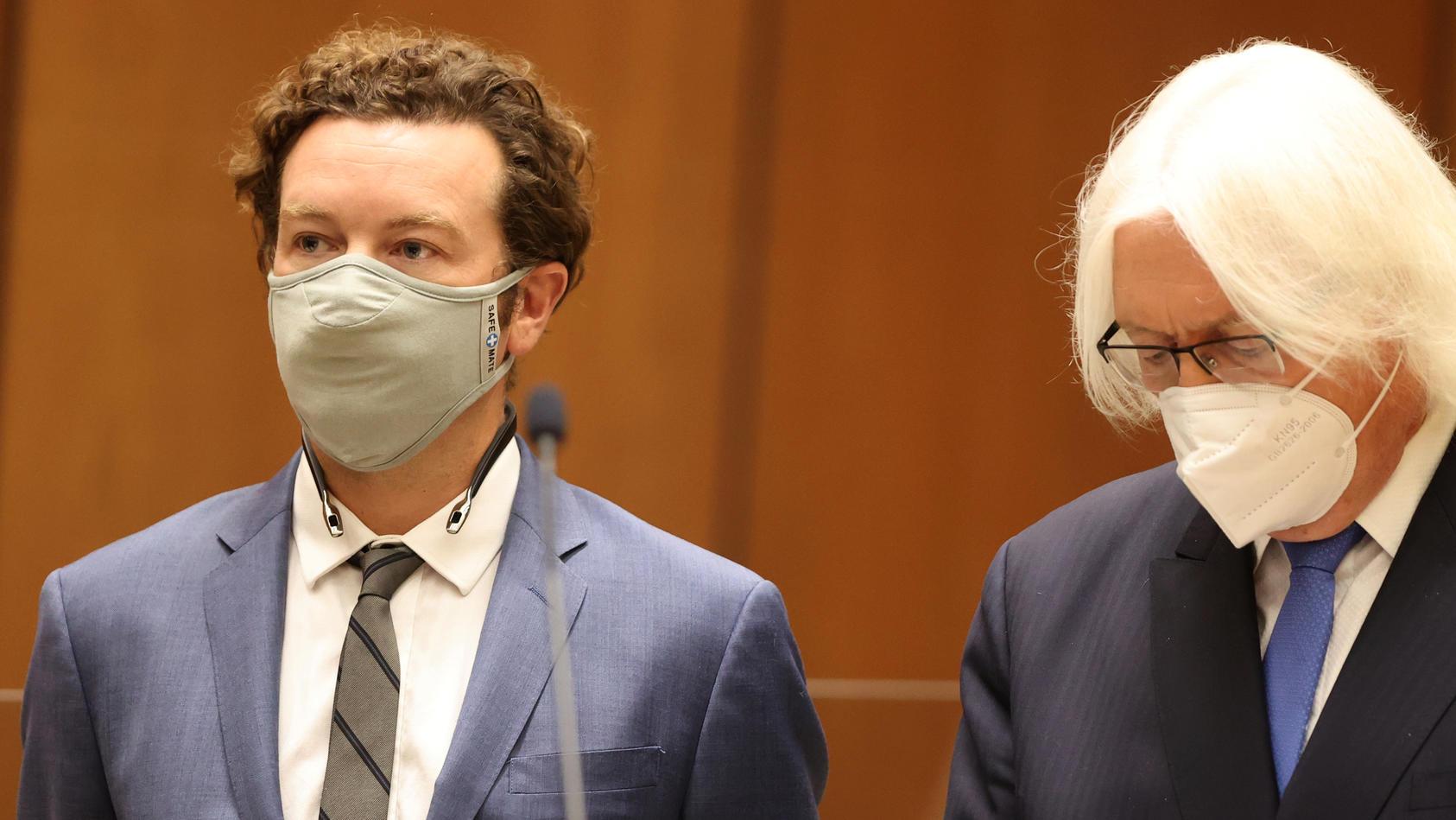 Danny Masterson vor Gericht in Los Angeles mit seinem Anwalt (re.)