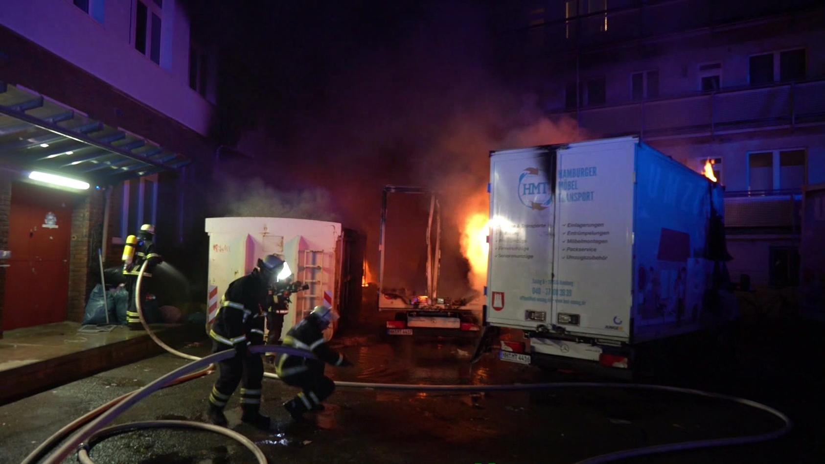 Bei einem Feuer im Hamburger Stadtteil Rothenburgsort sind heute Morgen mehrere Bewohner und eine Polizistin verletzt worden.