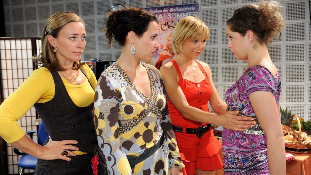 Bei AWZ lässt sich Juli (Maria Wedig, re.) lässt sich von (v.li.) Nadja (Birgit Würz), Annette (Ulrike Röseberg) und Diana (Tanja Szewczenko) zu ihrem Kostüm beraten.