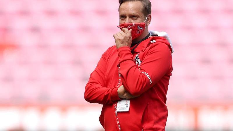 Horst Heldt steht mit Maske im Stadion. Foto: Lars Baron/Getty/Pool/dpa/Archivbild