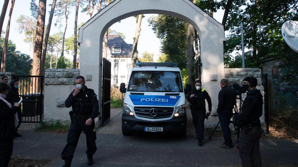 22.09.2020, Berlin: Polizeibeamte stehen im Rahmen einer Durchsuchung vor einem Grundstück in Kleinmachnow. Seit 6 Uhr morgens durchsuchen 300 Beamte der Polizei und Steuerfahndung insgesamt 18 Häuser, Wohnungen und Geschäftsräume in Berlin, Brandenb
