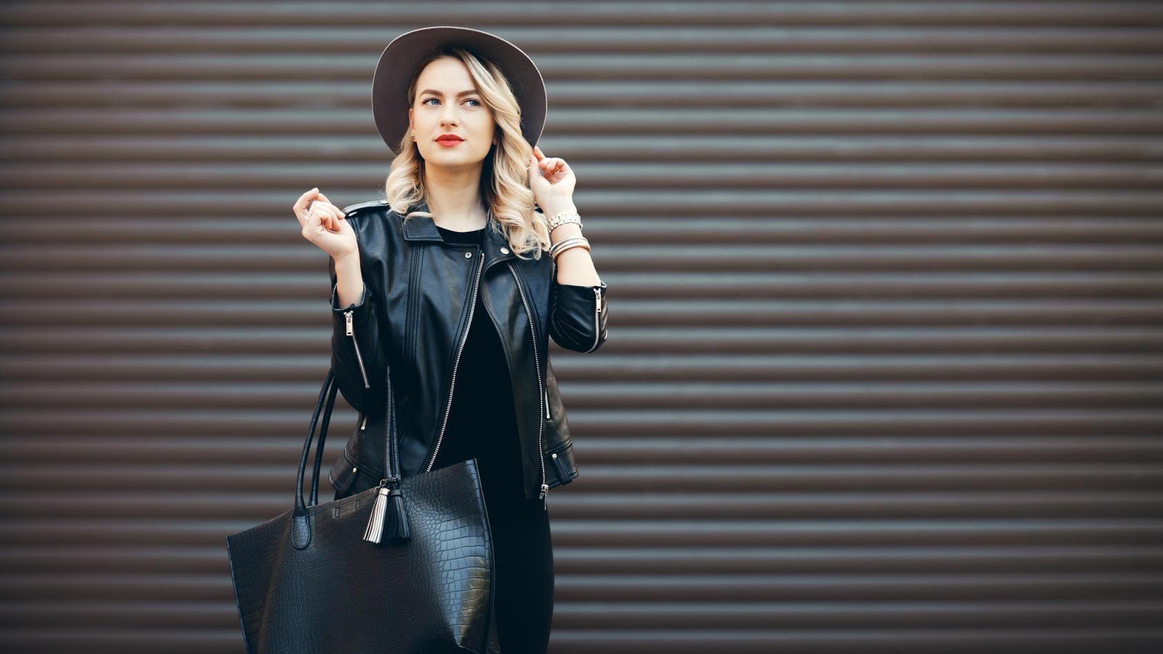 Kleidung in Lederoptik ist im Herbst besonders angesagt.