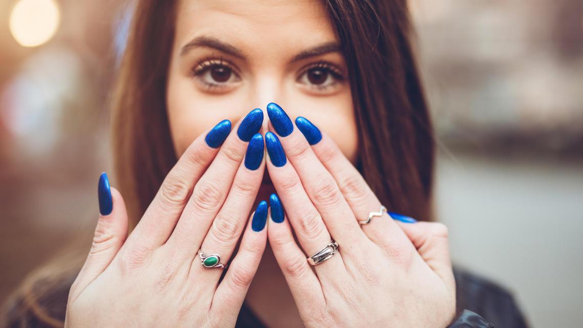 Auch Denim-Blau ist eine der Fingernagel-Trendfarben des Herbsts 2020