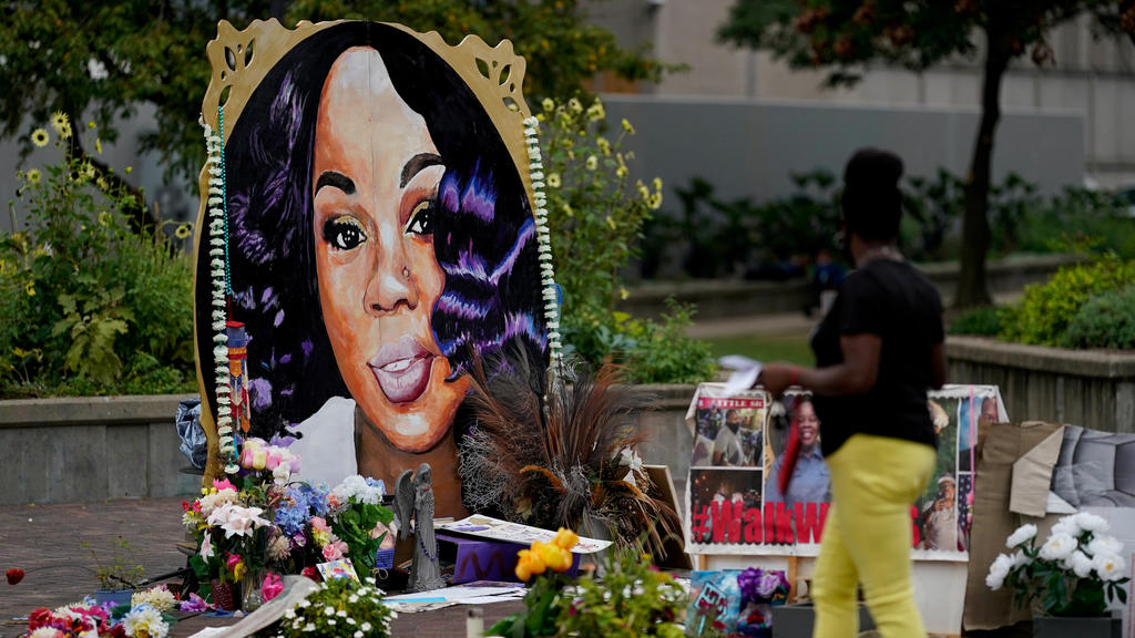 FILE PHOTO: A woman visits the memorial for Breonna Taylor in Louisville, Kentucky, U.S., September 11, 2020.  REUTERS/Bryan Woolston/File Photo/File Photo