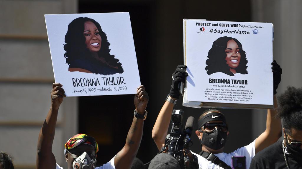 ARCHIV - 25.06.2020, USA, Frankfort: Schilder zeigen Breonna Taylor während einer Kundgebung zu ihren Ehren. Sechs Monate nach der Tötung der Afroamerikanerin Breonna Taylor bei einem Polizeieinsatz hat die Stadt Louisville einen zivilen Rechtsstreit