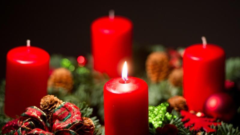 Der Adventskranz macht die Vorfreude auf Weihnachten noch größer. In diesem Jahr könnte er teurer werden.