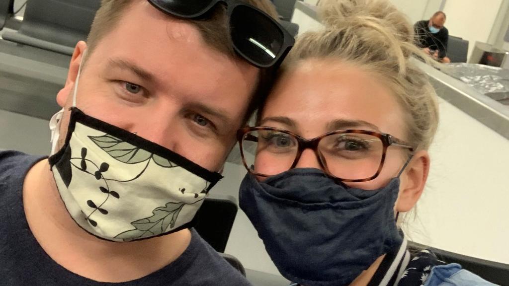 Mann und Frau die Maske tragen
