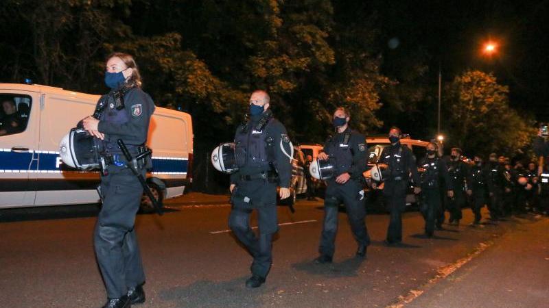Das Camp von Klimaaktivisten in Aachen wird von Polizisten umstellt. Foto: Ralf Roeger/dpa