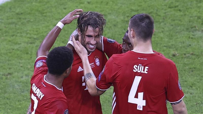 Javi Martínez (M) war mit seinem Treffer zum 2:1 der Matchwinner für den FC Bayern. Foto: Laszlo Szirtesi/Pool Getty/AP/dpa