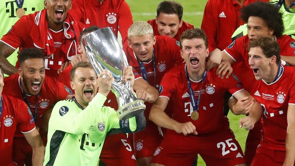 Soccer Football - European Super Cup - Bayern Munich v Sevilla - Puskas Arena, Budapest, Hungary - September 24, 2020.  Bayern Munich's Manuel Neuer celebrates with the trophy and teammates after winning the European Super Cup Pool via REUTERS/Laszlo