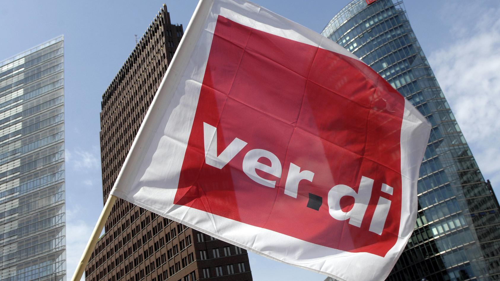 Verdi-Fahne während einer Demonstration gegen die Abschaffung des Briefmonopols der Post in Berlin