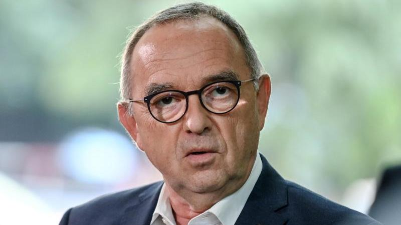 Norbert Walter-Borjans, Vorsitzender der SPD, spricht zu den Journalisten. Foto: Britta Pedersen/dpa-Zentralbild/dpa/Archivbild