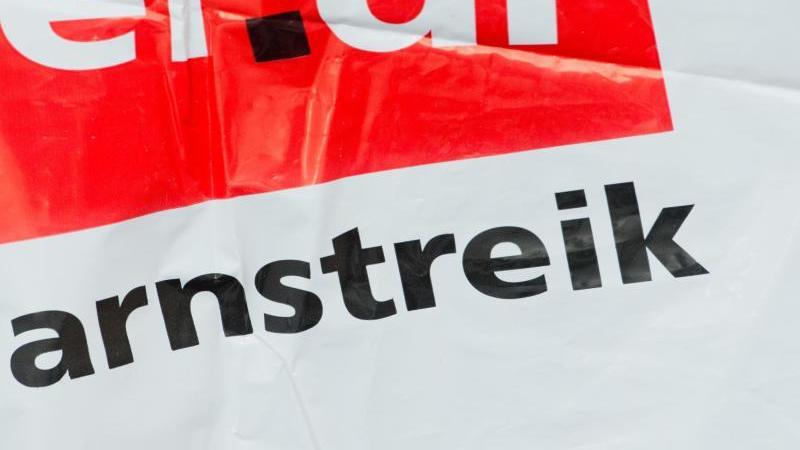 """Streikweste mit der Aufschrift """"Warnstreik"""" und dem Verdi-Logo. Foto: Stefan Sauer/ZB/dpa/Symbolbild"""