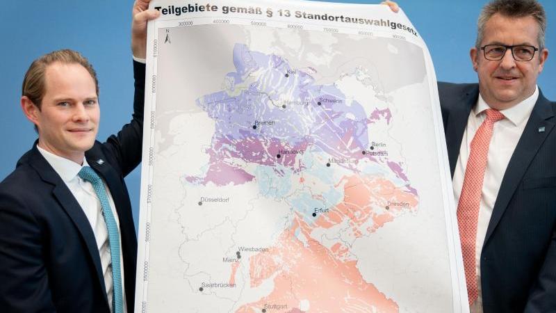 Stefan Studt (r.), BGE-Vorsitzender und Steffen Kanitz, Mitglied der Geschäftsführung der BGE, zeigen eine Landkarte mit Teilgebieten für die Endlagersuche. Foto: Kay Nietfeld/dpa