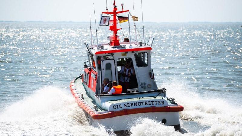 Die Seenotrettung auf der Suche nach vermissten Personen. Foto: Mohssen Assanimoghaddam/Archivbild