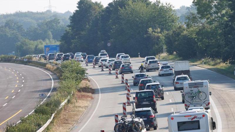 Dichtes Verkehrsaufkommen auf der A1 zwischen Hamburg und Lübeck. Foto: Georg Wendt/dpa/Symbolbild