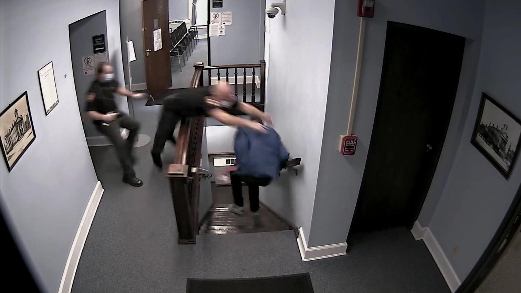 Nicholas Garrison entkommt den Einsatzkräften im Gericht
