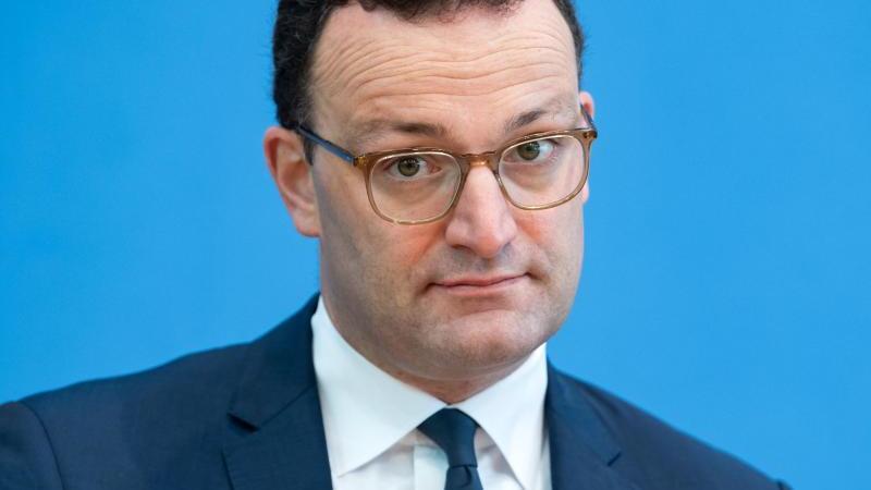 Gesundheitsminister Jens Spahn äußert sich zu den Verschärfungen staatlicher Corona-Beschränkungen. Foto: Bernd von Jutrczenka/dpa Pool/dpa