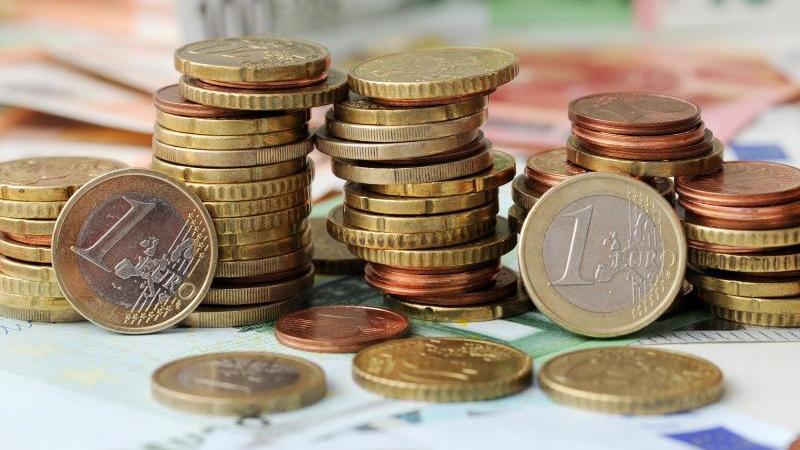 Euro-Münzen auf Euro-Banknoten. Foto: Tobias Hase/dpa/Symbolbild
